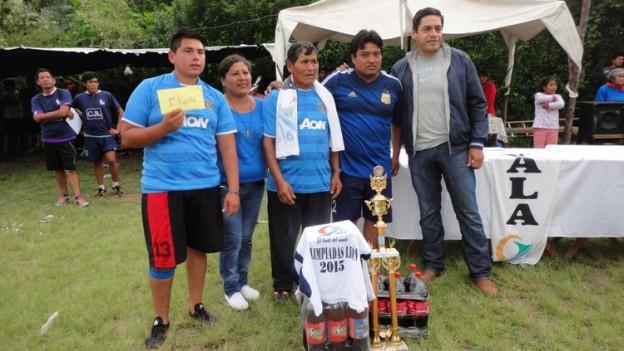 1-1º Puesto La Cuadra junto a integrantes de la organizacion y el presidente comunal