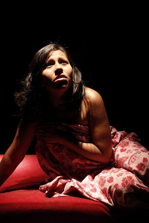 """La obra """"Quería taparla con algo"""" vuelve a las tablas del Teatro el Pasillo antes de una gira por la Región NOA y la provincia de Santa Fe."""