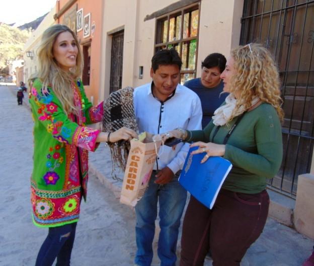1-El comisionado Aramayo y la directora de Turismo Calderón entregan obsequios a la Miss Mundo