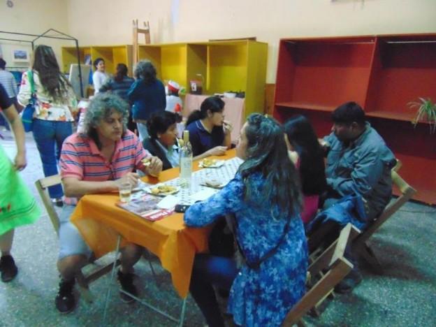 1-familias-de-turistas-y-vecinos-en-el-patio-de-comidas-del-club-atletico-santa-rosa-de-purmamarca