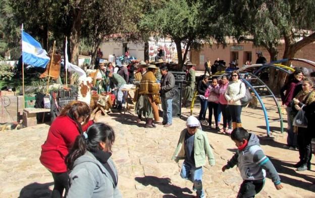 1-Lugareños y visitantes comparten en la Plaza 9 de Julio de Purmamarca el evento Plaza Comunitaria de Mayo (1)