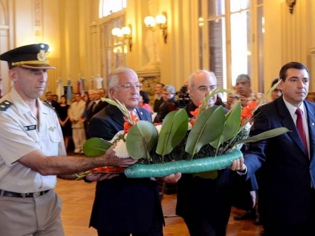 1-el-gobernador-fellner-y-otras-autoridades-en-la-colocacion-de-la-ofrenda-floral_16830
