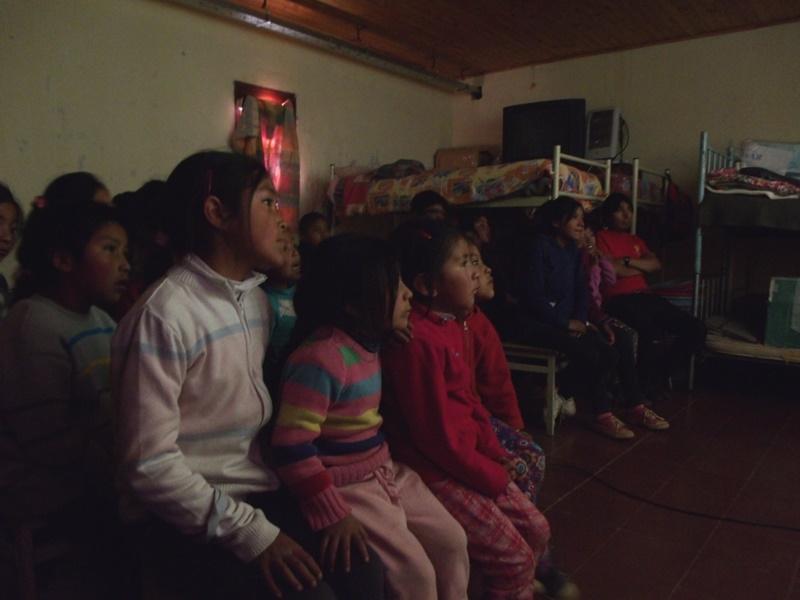 1-estudiantes-de-escuelas-primarias-difrutan-de-las-proyecciones-del-cine-movil_24216