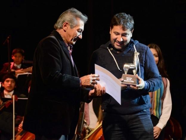 1-julio-lencina-cineasta-jujeno-y-miembro-del-jurado-entrega-uno-de-los-premios_19888