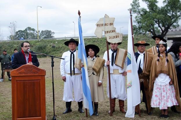 BANDERA NACIONAL Y DE LA LIBERTAD CIVIL CUSTODIAN LA CIUDAD