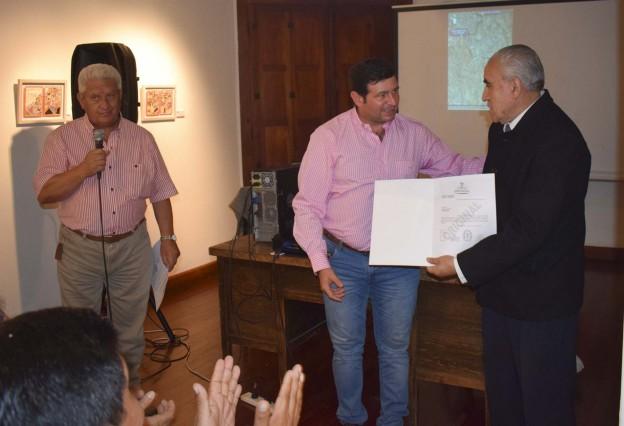 Concejal Jubert entrega dispositivo legal.jpg