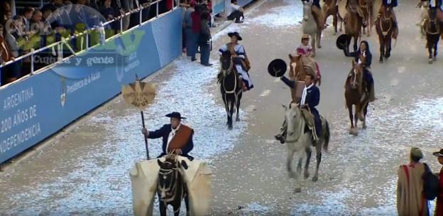 Desfile Civico Militar y Gaucho por los 200 Años de la Independencia Argentina  2