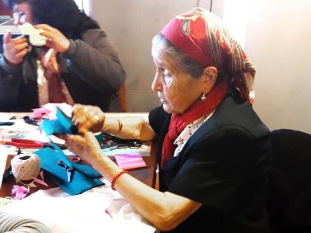 Doña -Jose- imparte sus conocimientos durante el taller 2