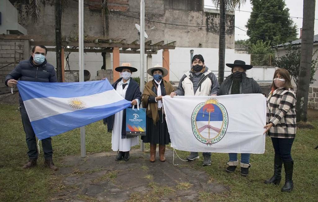 Entrega de Banderas a instituciones Gauchas presentes