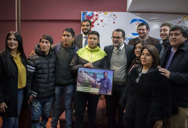 Entrega de cuadro a la familia del cabo Javier Espinoza