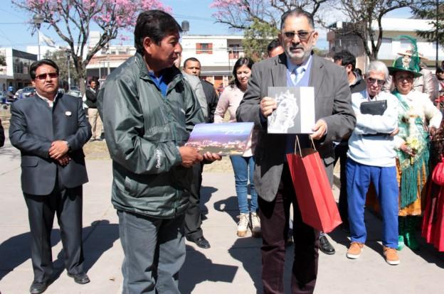 Entrega de decreto esc de musica de Bolivia 3