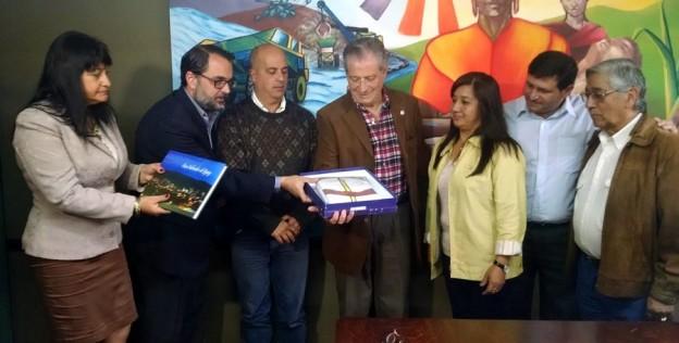 entregaron-bandera-nacional-de-la-libertad-civil-y-el-libro-de-la-ciudad-al-instituto-belgraniano