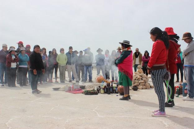 Miembros de comunidades, funcionarios, y turistas en la ceremonia de la Pachamama.