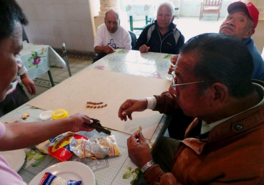 Personas-Mayores-del-Guillermón-elaborando-ermitas-1140x798