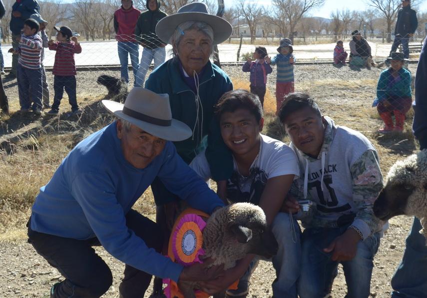 familia ganadora en concurso ovino