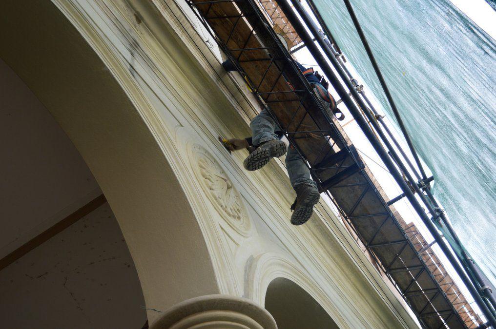 las-obras-el-teatro-mitre-implican-tareas-artesanales-piezas-y-molduras-originales-como-tambien-recambio-sistema-desagues-ya-que-el-anterior-habia-deteriorado-las-paredes-la-fachada-interior-ya-pintura