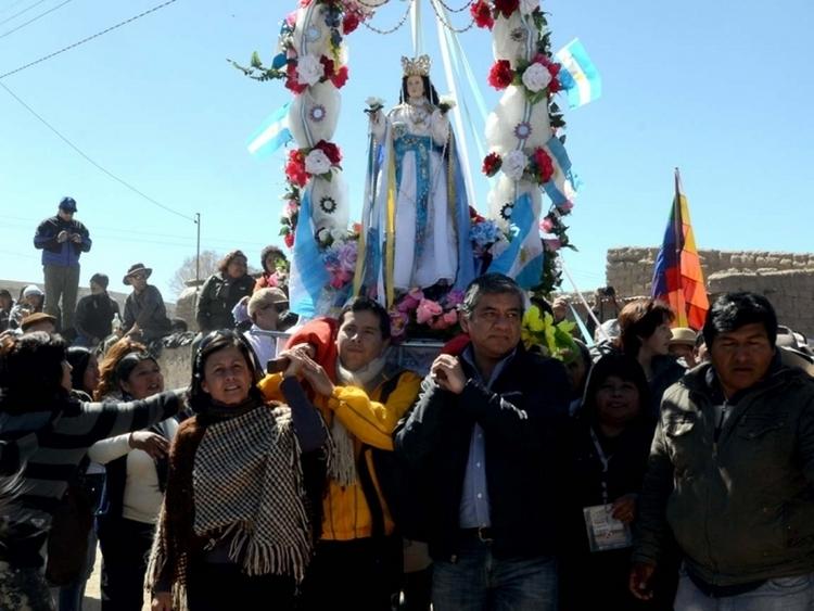 los-ministros-saul-flores-y-adriana-magdaleno-participaron-de-la-procesion-en-casabindo_11994