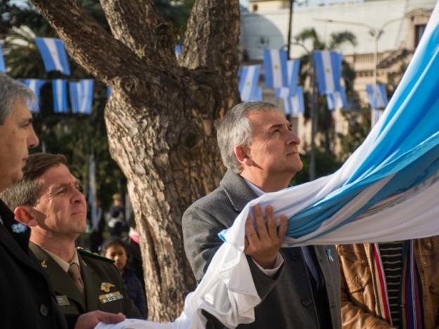 morales-acompano-a-izar-la-bandera-en-conmemoracion-al-25-de-mayo_25984