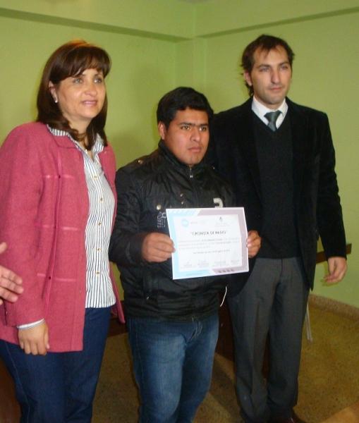 un-alumno-recibe-su-certificado-acompanado-por-el-gerente-uriondo-y-la-locutora-nelly-heredia_11813